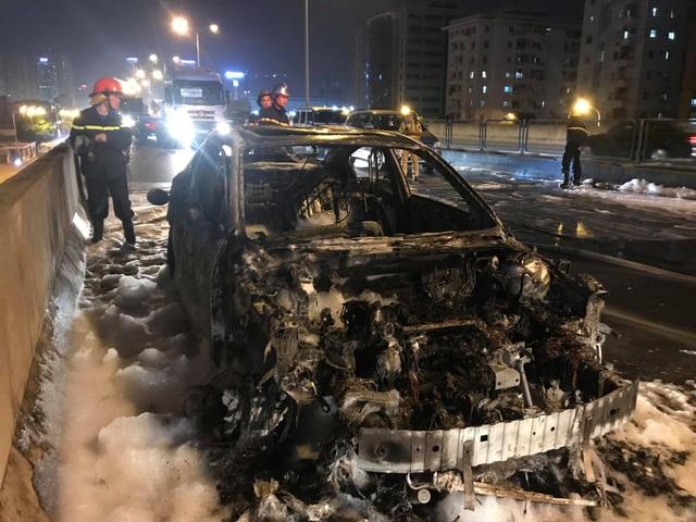 Chiếc xe Mazda 3 bị thiêu rụi trên đường vành đai 3 trên cao.