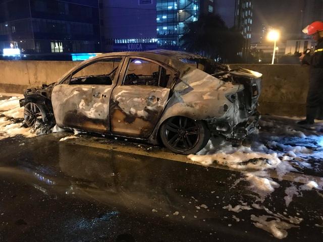 """Hà Nội: Mazda 3 cháy """"tan nát"""" trên đường vành đai 3 trên cao - 6"""