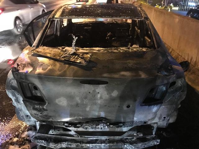 """Hà Nội: Mazda 3 cháy """"tan nát"""" trên đường vành đai 3 trên cao - 2"""