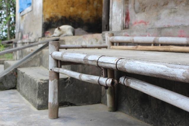 Bàn ghế trong nhà cái gãy, cái đổ, không có cái nào lành lặn