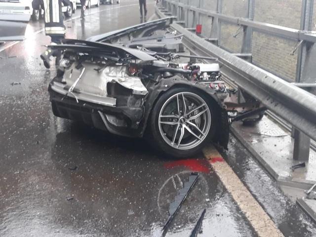 Siêu xe R8 bị xé đôi sau va chạm, tài xế bình an vô sự - 7