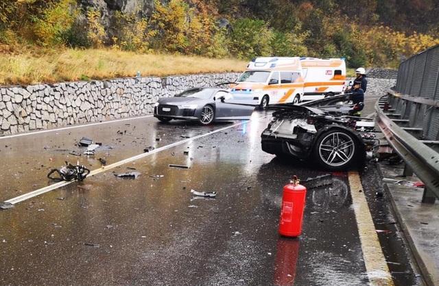 Siêu xe R8 bị xé đôi sau va chạm, tài xế bình an vô sự - 6