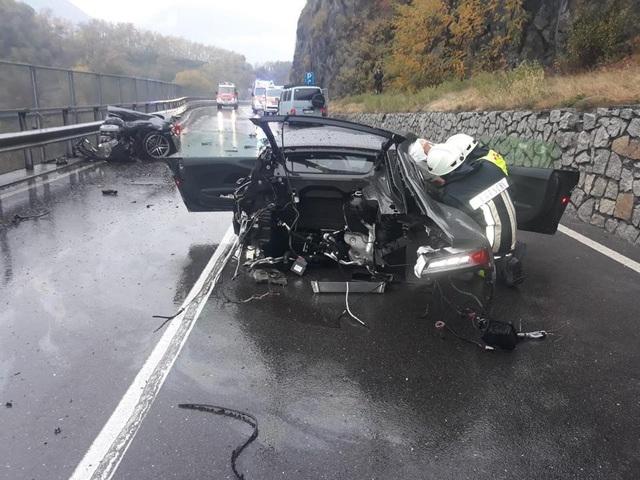 Siêu xe R8 bị xé đôi sau va chạm, tài xế bình an vô sự - 5