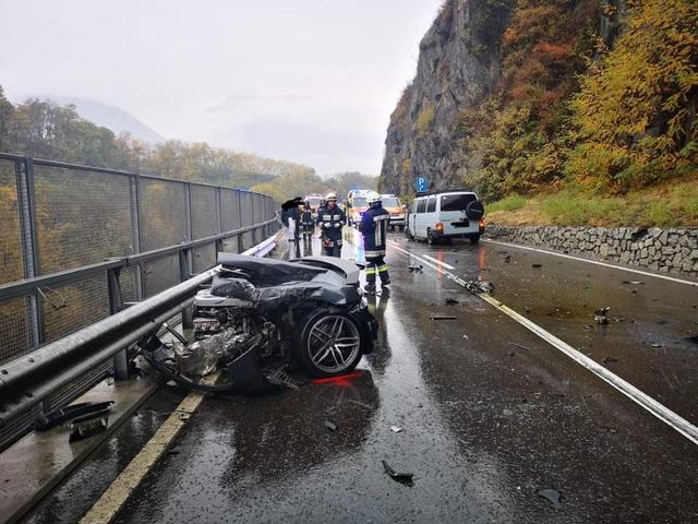 Siêu xe R8 bị xé đôi sau va chạm, tài xế bình an vô sự - 4