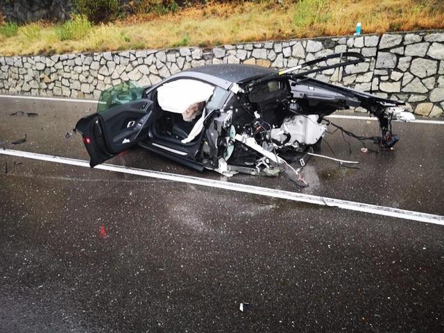 Siêu xe R8 bị xé đôi sau va chạm, tài xế bình an vô sự - 3