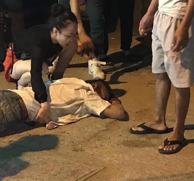 Nạn nhân lái taxi nghi bị bắn đạn cao su vào bụng và bị chèn xe qua người.