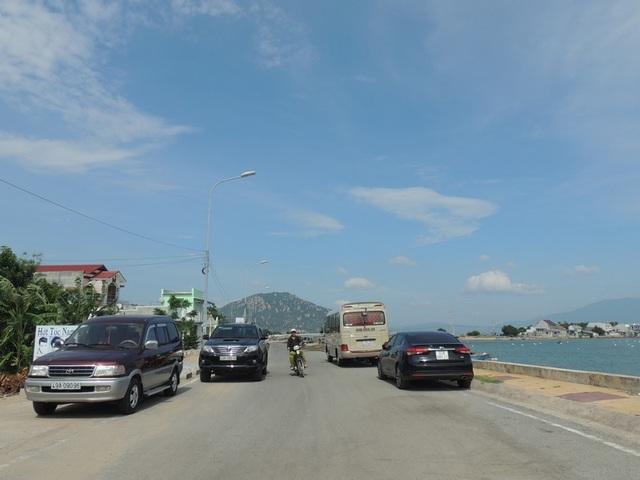 Du khách ở xa đến Ninh Thuận rất thích ghé mua hải sản ở đây