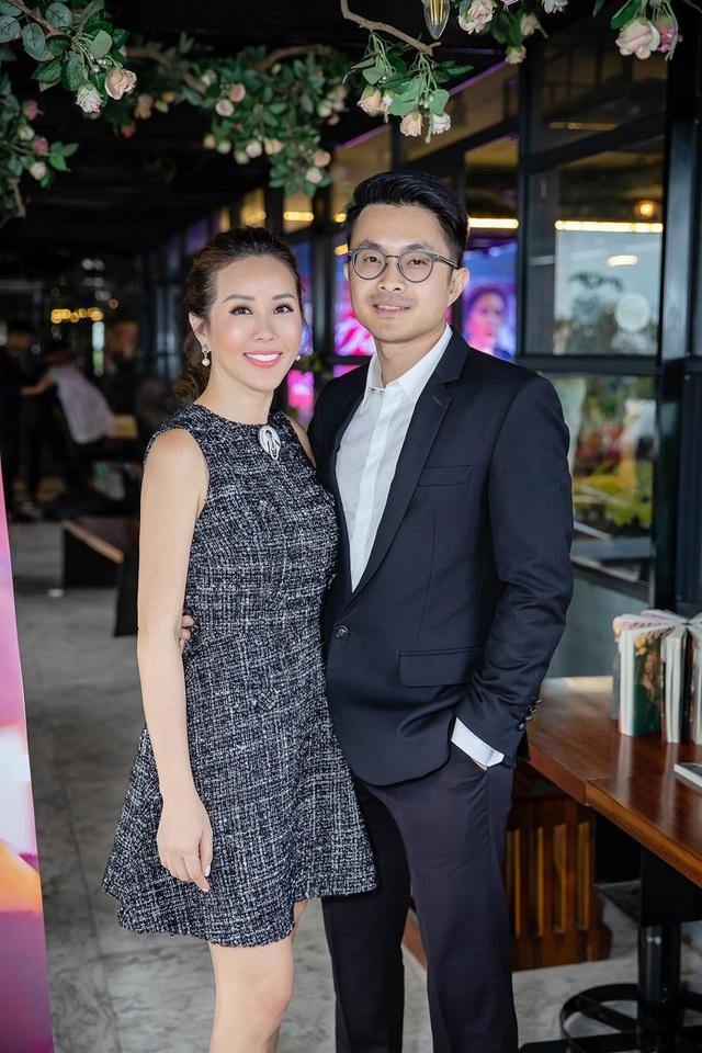 Thu Hoài và bạn trai trong buổi ra mắt sách Đàn bà phố thị ở Hà Nội.