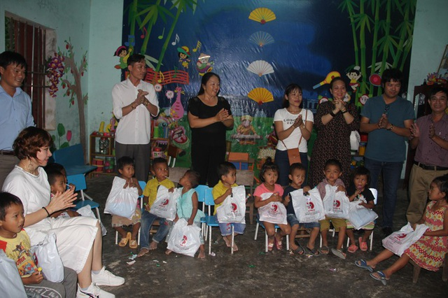 Các mạnh thường quân tặng quà cho trẻ em dân tộc Chứt.