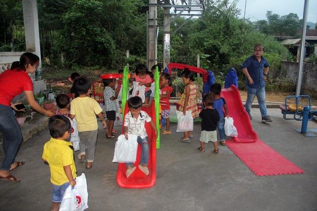 Trẻ em người Chứt thỏa thích vui chơi tại sân trường mới được các mạnh thường quân tài trợ.