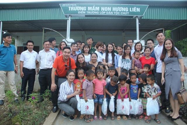 Đoàn chụp ảnh lưu niệm cùng cô trò điểm trường mầm non dân tộc Chứt ở bản Rào Tre.