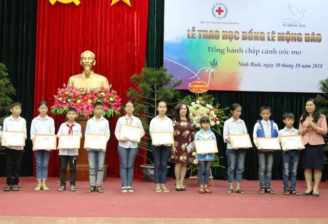 Lễ trao học bổng cho học sinh nghèo vượt khó tại Ninh Bình.