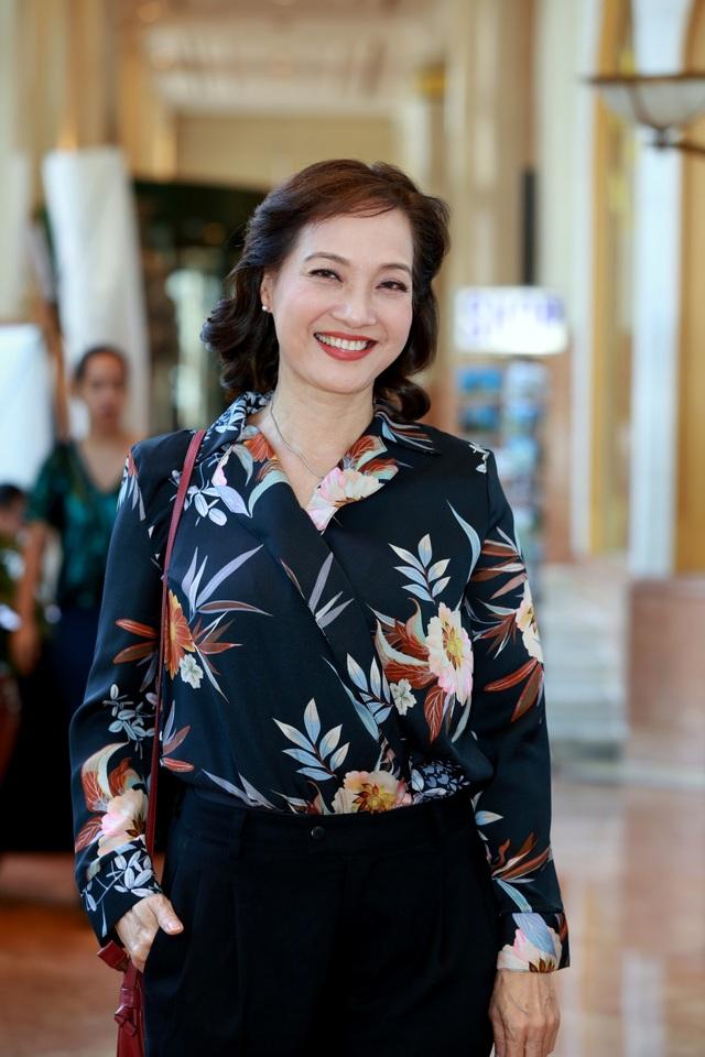 NSND Lê Khanh gây bất ngờ khi xuất hiện với một phong cách cực kỳ trẻ trung và hiện đại trong buổi họp báo phim.
