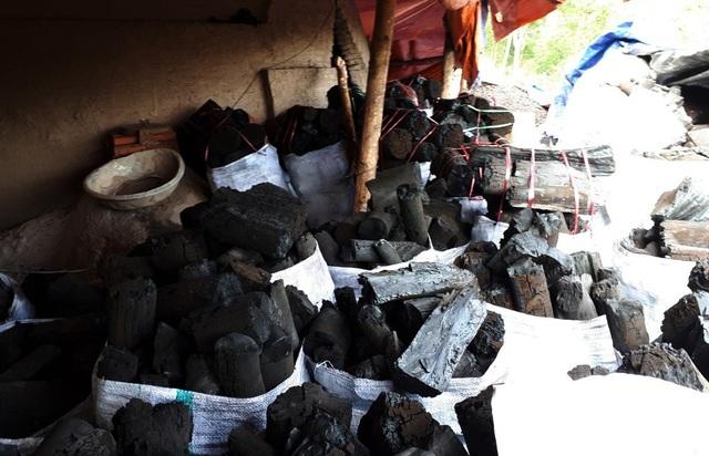 Theo anh Điện, chuẩn bị vào mùa mưa nên doanh thu từ than củi cũng sẽ tăng theo