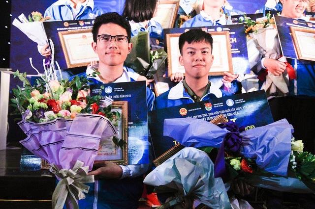 Hồng Đăng (bên phải) đứng trên bục vinh quang nhận giải Nhất chung cuộc Hội thi Olympic tiếng Anh lần thứ 2