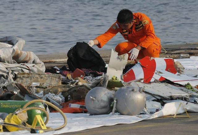 Lực lượng cứu hộ tìm thấy nhiều mảnh vỡ máy bay và vật dụng của hành khách trên chuyến bay xấu số của Lion Air. (Ảnh: EPA)