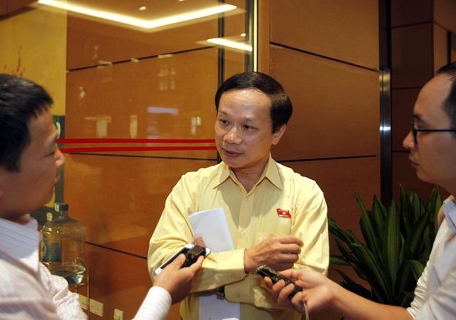 Đại biểu Phạm Tất Thắng trao đổi về vụ việc bên hành lang Quốc hội chiều 30/10 (Ảnh: Như Phúc)