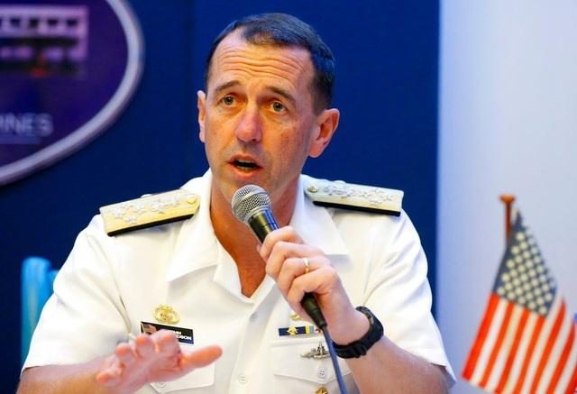 Đô đốc John Richardson phát biểu trong cuộc họp báo tại Philippines. (Ảnh: AP)