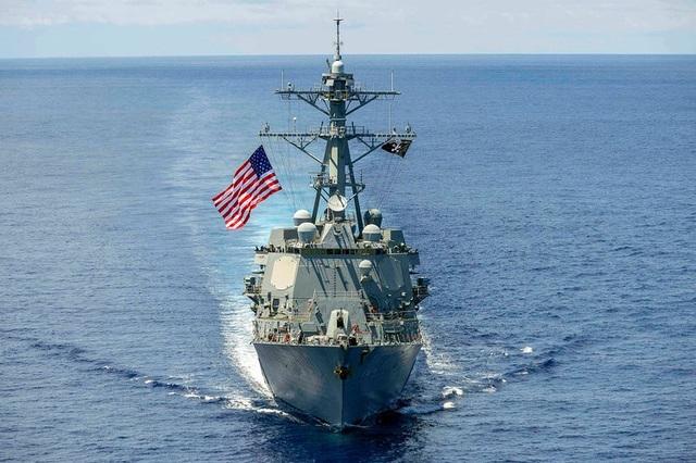 Tàu khu trục mang tên lửa dẫn đường USS Kidd (DDG 100) của Hải quân Mỹ di chuyển trên Biển Đông. (Ảnh: US Navy)