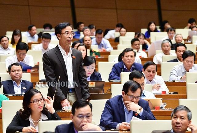 Đại biểu Nguyễn Quang Tuấn tranh luận lại quan điểm của Bộ trưởng Văn hoá rằng xuống cấp đạo đức, cái gốc vẫn là do kinh tế.