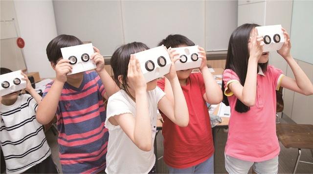 Sự tò mò giúp trẻ phát triển năng lực tư duy.