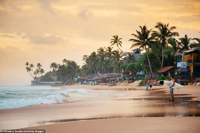 """Sri Lanka vươn lên trở thành quốc gia đáng đến nhất. Ảnh: Bãi biển Narigama của Sri Lanka. Theo Lonely Planet, """"Sri Lanka đang có sự thay đổi diễn ra nhanh chóng. Sau hàng thập kỉ xung đột dân sự, quốc gia này đang được hồi sinh"""". Các gia đình, những người nghiện cảm giác mạnh, khách du lịch sinh thái, nghỉ dưỡng và những người sành ăn đều đang bị thu hút về Sri Lanka."""