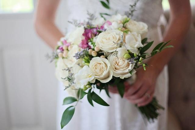 Cô dâu âm thầm vỗ béo phù dâu để được nổi bật trong ảnh cưới - 1