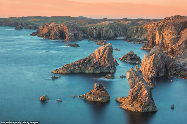 """Cao nguyên và các đảo của Scotland đứng thứ 5 trong danh sách xếp hạng Top 10 khu vực hàng đầu. Nó được nhận xét là """"một trong những nơi hoang dã nhất, ít người sinh sống nhất và đẹp nhất châu Âu"""". Ảnh chụp bãi biển Mangesta trên bờ biển Lewis."""