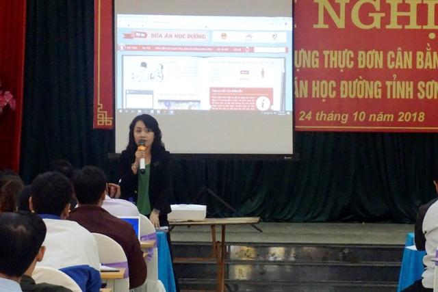 Bà Nguyễn Thị Hương – Trưởng Phòng Giáo dục Tiểu học tỉnh Sơn La trao đổi và chỉ đạo triển khai áp dụng Dự án đến các trường.