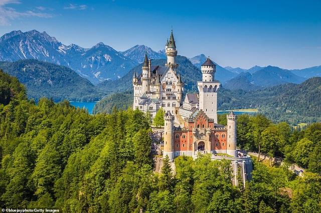 """Đứng thứ 2 trong Top 10 quốc gia hàng đầu là Đức, nơi giống như """"thuật giả kim của truyền thống và tầm nhìn"""". Cho dù bạn """"leo lên một ngọn núi, thăm một tòa lâu đài trung cổ, đạp xe quanh các trang trại rượu vang, ngồi tại các quán rượu ấm cúng, tất cả đều quyến rũ như nhau""""."""