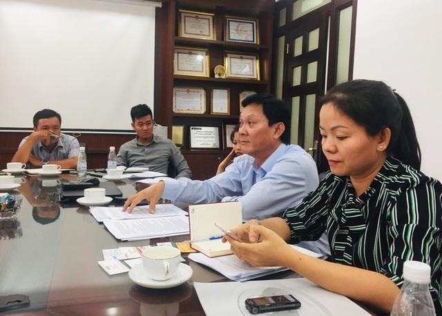 Ông Trần Quốc Toản, Tổng giám đốc Samco (áo sơ mi xanh nhạt) trả lời thắc mắc của giới truyền thông trong ngày 30/10. Ảnh: Đại Việt