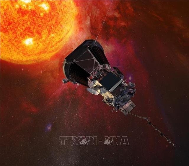 Hình ảnh mô phỏng tàu vũ trụ Parker Solar Probe thực hiện nhiệm vụ nghiên cứu bầu khí quyển của Mặt Trời. Ảnh: AFP/TTXVN