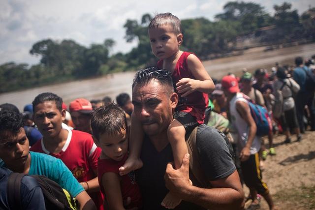 Đoàn người tị nạn vượt qua biên giới Mexico tiến về Mỹ. (Ảnh: Reuters)