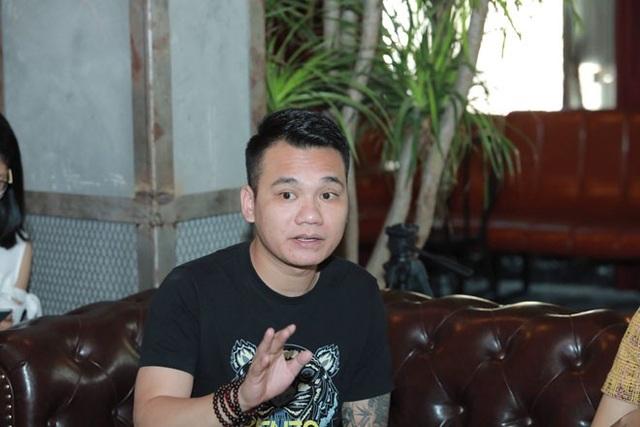 Khắc Việt trả lời báo chí xoay quanh phát ngôn thô tục bảo vệ em trai, Khắc Hưng sáng ngày 30/10 tại Hà Nội.