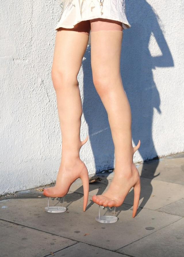 """Những đôi giày """"dị dạng"""" này có mức giá khởi điểm từ 10.000 USD/đôi."""