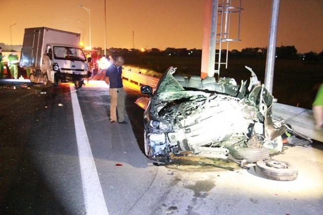 Chiếc xe con biến dạng sau vụ va chạm (ảnh ATGT)