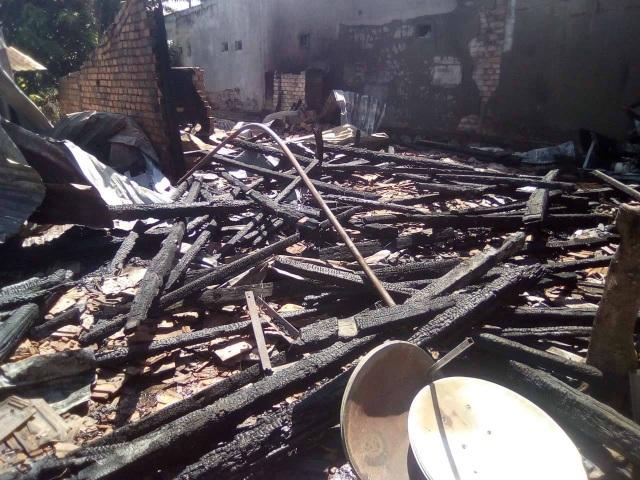 Nhà bị đổ sập và nhiều tài sản bên trong bị thiêu rụi