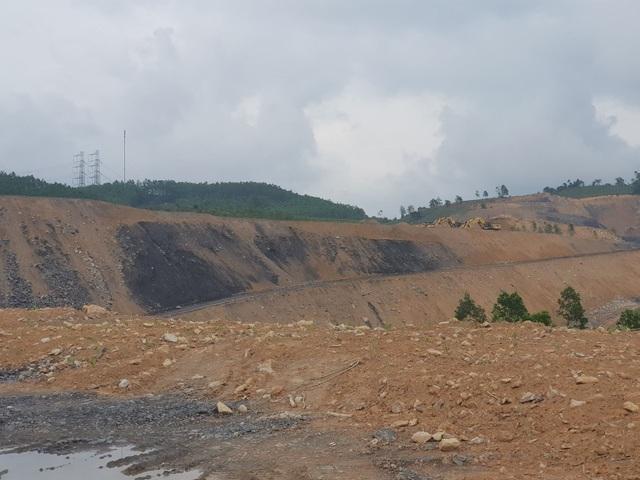 Chỉ mới khai thác đất để san lấp nền cho dự án nhưng đã phát lộ than