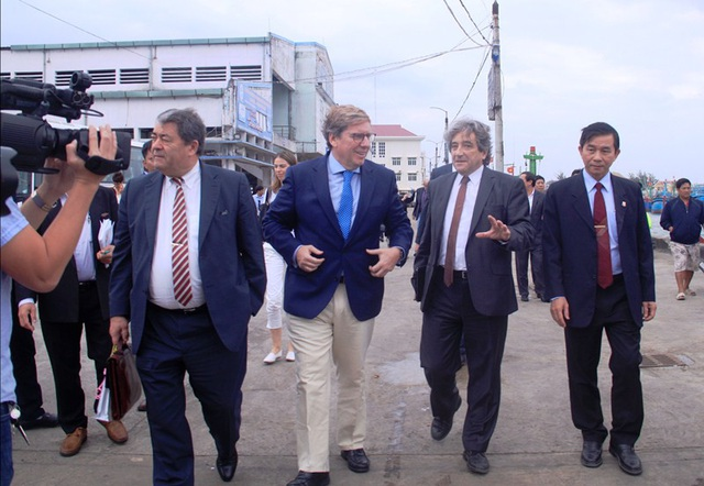 Ông Trần Châu - Phó Chủ tịch UBND tỉnh Bình Định (ngoài cùng phải), dẫn đoàn công tác của Ủy ban nghề cá Nghị viện châu Âu kiểm tra tại cảng cá Quy Nhơn.