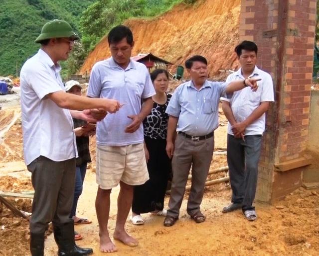 Lãnh đạo huyện Quan Hóa thăm người dân bị lũ lụt.