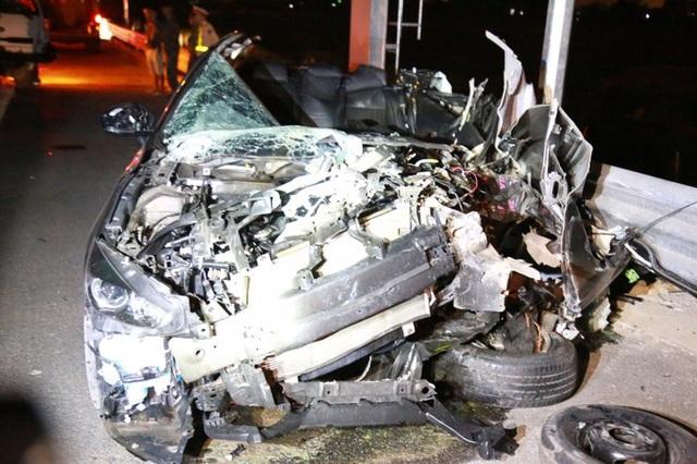 Hình ảnh chiếc xe Mazda nát bét sau cú va chạm (ảnh ATGT)
