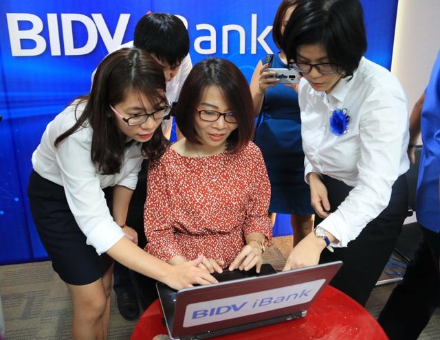 Nhân viên BIDV hướng dẫn khách hàng