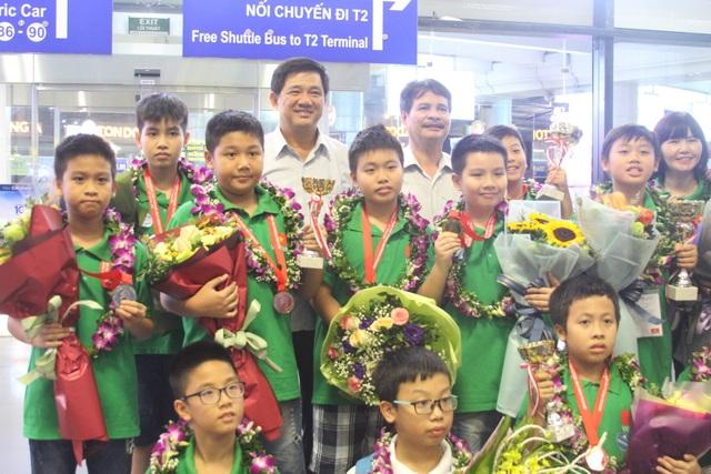 Ông Phạm Xuân Tiến, Phó Giám đốc Sở GD&ĐT Hà Nội (giữa) chúc mừng đoàn Việt Nam.