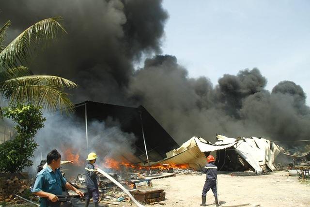 Lính cứu hỏa nỗ lực dập lửa.