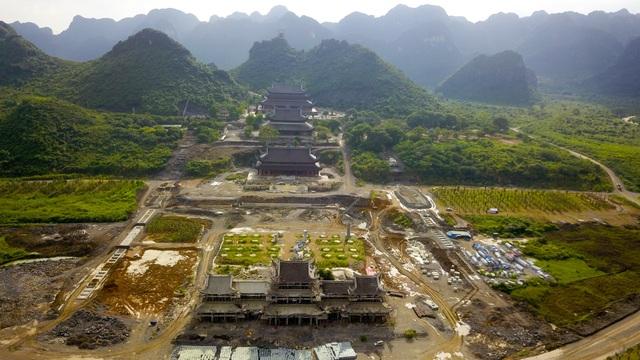 Quần thể chùa Tam Chúc đang được xây dựng trên mảnh đất thuộc huyện Kim Bảng (Hà Nam), nơi có cảnh quan sơn thuỷ hữu tình, được ví như Vịnh Hà Long trên cạn.