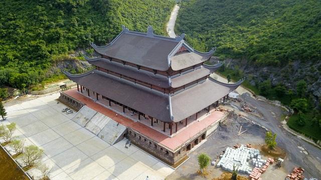 Dấu tích chùa Tam Chúc có niên đại đã trên 1.000 năm, sau đó được xây dựng lại với quy mô cực lớn.