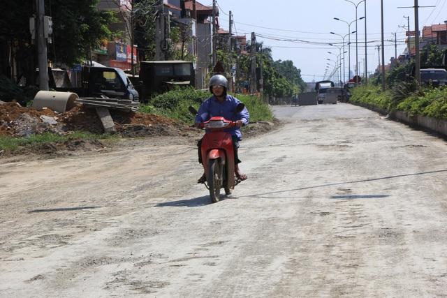 Ông Phùng Văn Phúc - Chủ tịch UBND phường Trung Sơn Trầm, thừa nhận: Dự án đường được triển khai từ tháng 6 năm 2011 đến nay đã được hơn 7 năm nhưng chưa hoàn thành là do khó khăn trong công tác giải phóng mặt bằng...