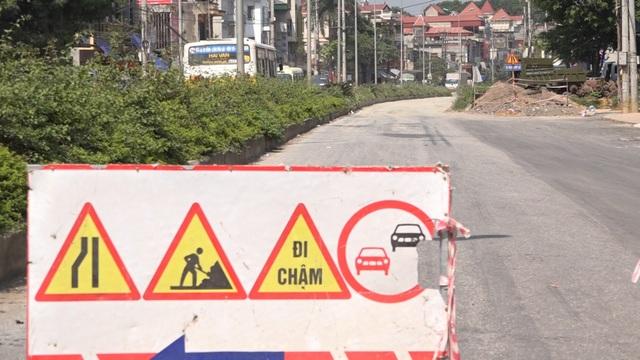 Hiện công trình cải tạo nâng cấp tuyến đường hơn 200 tỷ này vẫn đang được thi công nhưng tốc độ rất chậm và còn phụ thuộc vào việc giải quyết đền bù đất đai cho người dân ở hai bên đường.