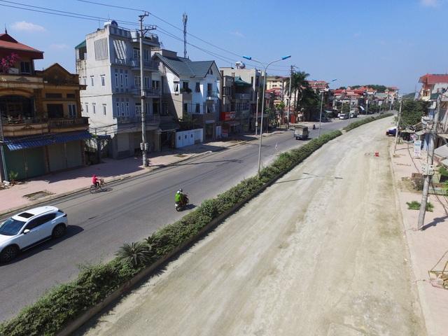 Cũng theo ông Phúc, ngoài ra còn có khó khăn ở nguồn vốn do UBND thành phố có lúc bị gián đoạn nên cũng đã ảnh hưởng không nhỏ tới việc thi công hoàn thành dự án cải tạo nâng cấp con đường.