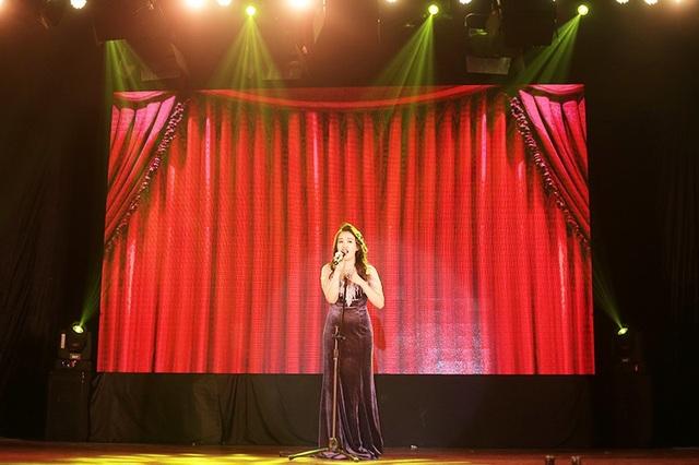 Nữ sinh Báo chí hóa thân thành một danh ca phòng trà đầy sang trọng, tự tin khoe giọng hát thật của mình trước hàng trăm khán giả